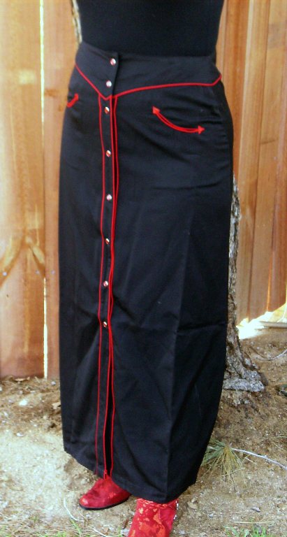 This Womens Retro Red Piped Pearl Snap Western Skirt is a dance hall hit. This long western skirt is Black on Black piped with black pearl snaps.